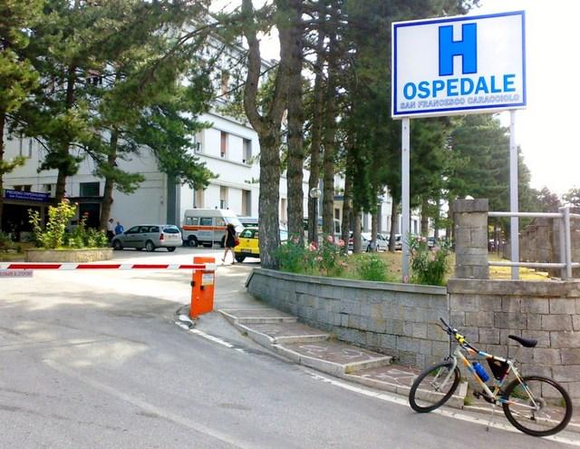 Una bicicletta in sosta davanti al Caracciolo, nulla di strano se non fosse di un ragazzo cardiopatico di Schiavi di Abruzzo, giunto ad Agnone pedalando, che vuole manifestare così la sua contrarietà alla soppressione della struttura sanitaria