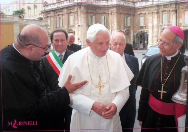 Papa Benedetto XVI insieme al Vescovo di Trivento, monsignor Scotti