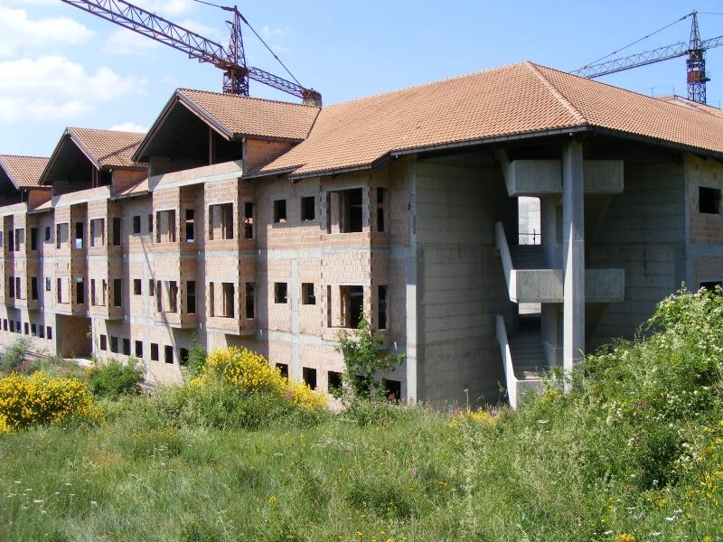 Nuovo ospedale, 34 miliardi delle vecchie lire letteralmente buttati al vento. La struttura non sarà mai completata malgrado le tante promesse dei politici regionali