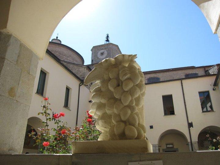 Una delle opere dei maestri scultori di Pescopennataro in mostra in questi giorni al Palazzo San Francesco ad Agnone