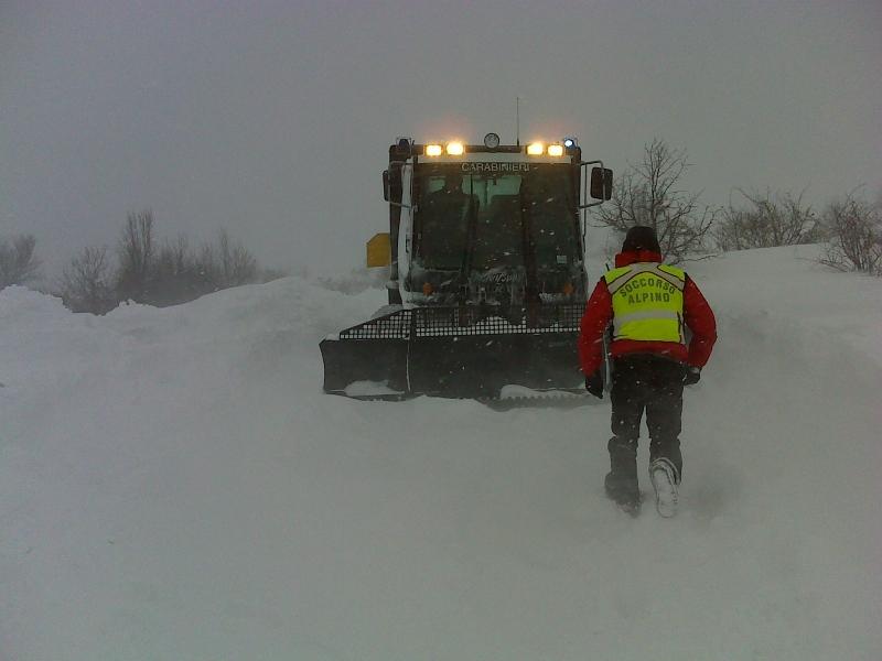 Il gatto delle nevi dei Carabinieri in azione a Capracotta