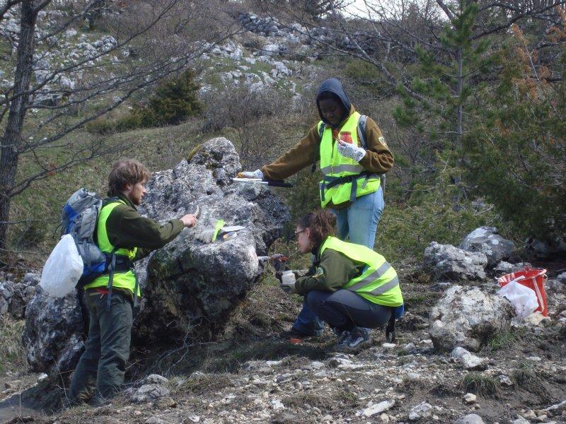 Volontari durante la marcatura del sentiero